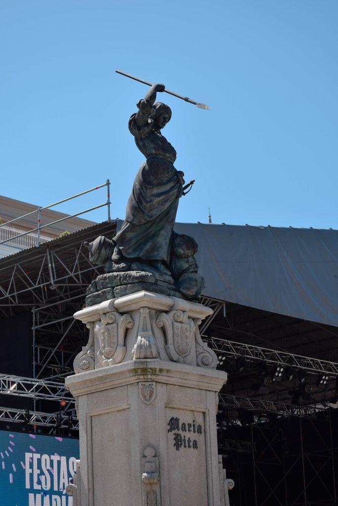 Pero la característica más importante en la plaza es la estatua de María Pita. María Pita era la heroína local que en el siglo XVI luchó contra la invasión de la Armada Inglesa dirigido por Sir Francis Drake, o como se le conoce localmente, pirata Drake.