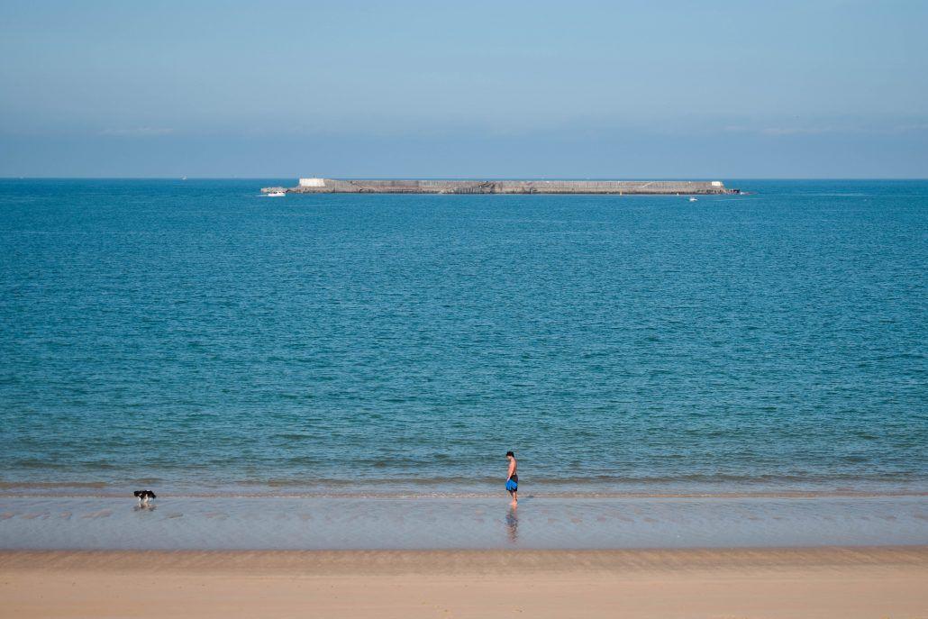La playa y su paseo marítimo