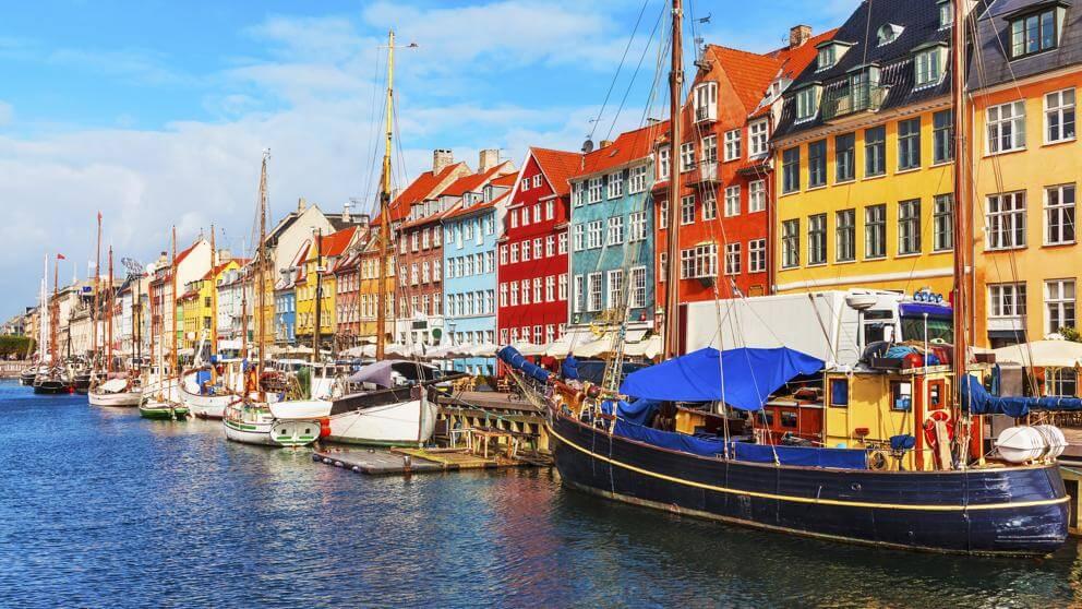 Casas de colores en el canal de Copenhague, Dinamarca (Scanrail - iStock)