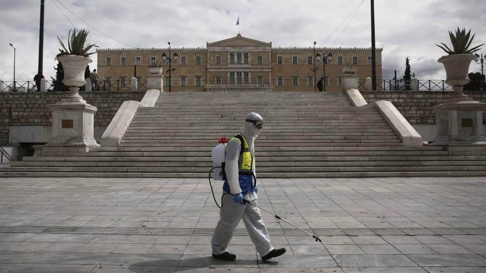 Un trabajador de desinfección, en Atenas. (EFE)