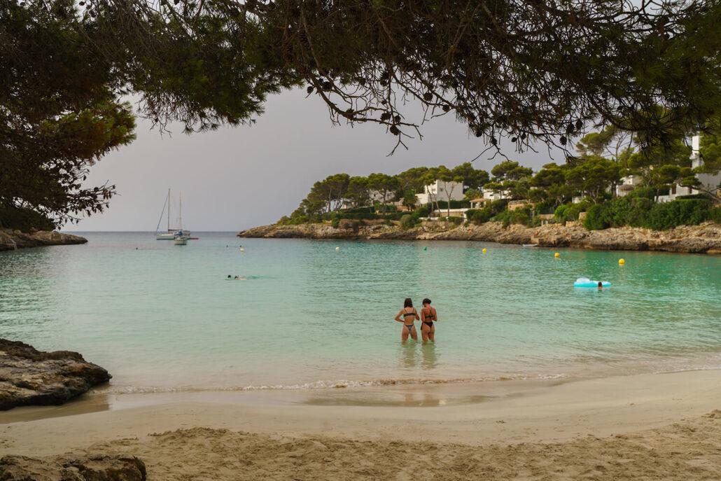 Chicas bañándose en Cal Gran, Mallorca